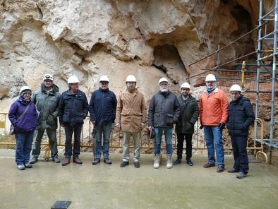 Investigadores del Centro de Tecnología Repsol e investigadores del Equipo de Investigación de Atapuerca en los yacimientos de la sierra de Atapuerca