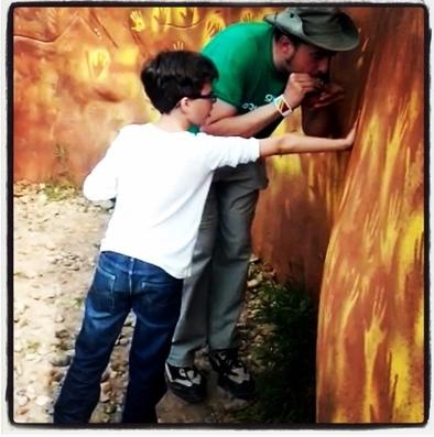 David Canales, monitor de la Fundación Atapuerca, haciendo una demostración de pintura rupestre en el CAREX