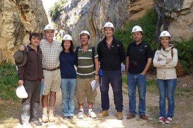 De izquierda a derecha: A. Ollé, E. Carbonell, S. Ashton, N. Ashton, S. Lewis, S. Parfitt y P. García-Medrano, durante la visita de los colegas británicos a la sierra de Atapuerca en 2010