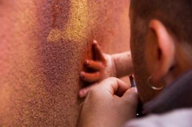Marcos Terradillos haciendo una demostración de pintura rupestre en el Centro de Arqueología Experimental de Atapuerca