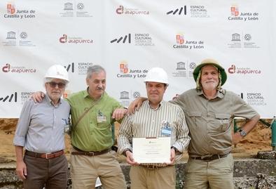 Alberto Velasco con dos de los codirectores de Atapuerca y con Javier Guitiérrez, director general de la Fundación Atapuerca