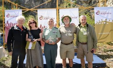 Los premiados con los tres codirectores del Proyecto Atapuerca, tras la entrega de los premios