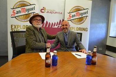 Eudald Carbonell y César Rodríguez durante la firma del nuevo acuerdo.