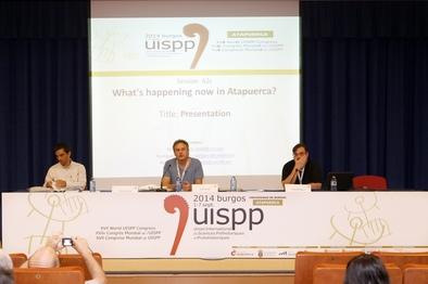 Alfonso Benito, Jordi Rosell y Jesús Rodríguez presentando la sesión sobre Atapuerca durante el XVII Congreso de la UISPP en la Universidad de Burgos.
