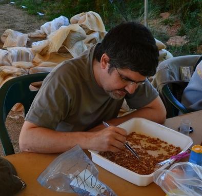 Juan Rofes extrayendo microfósiles tras lavar el sedimento.