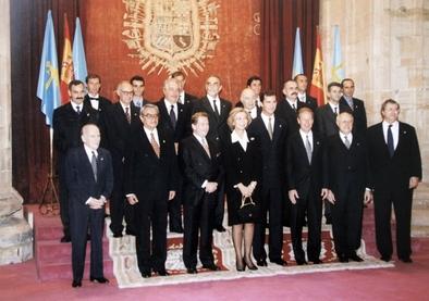 La Reina Doña Sofía y el entonces Príncipe Felipe posan junto a los galardonados con el Premio Príncipe de Asturias en 1997, entre ellos Emiliano Aguirre, Juan Luis Arsuaga, José María Bermúdez de Castro y Eudald Carbonell, en representación del EIA.