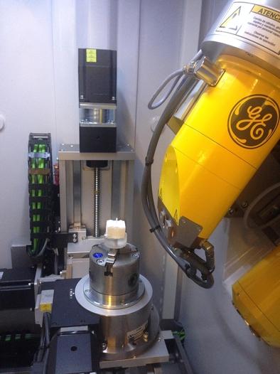 Cámara interna del microCT preparada para escanear una pieza dental