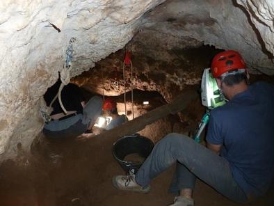 Excavaciones en la cueva de los Torrejones (Guadalajara)