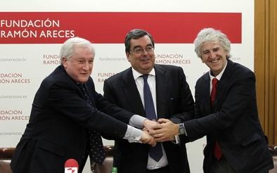 Antonio M. Méndez Pozo, Raimundo Pérez Hernández y Torra y Juan Luis Arsuaga tras la firma del convenio entre la Fundación Ramón Areces y la Fundación Atapuerca
