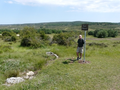 Eudald Carbonell en Fuente Mudarra, con su cartel identificativo