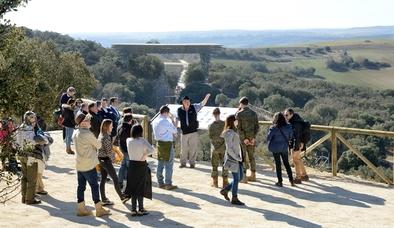 Migue Ángel Pinto (con sombrero) explica a los asistentes a la inauguración la mesa de observación situada en el yacimiento de Cueva Fantasma.