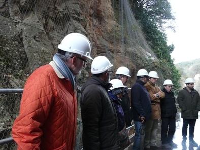 Josep Vallverdú (cuarto por la derecha), uno de los investigadores principales de la Sima del Elefante, explica este yacimiento.
