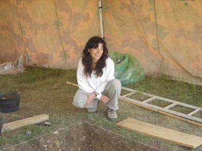 Marta Navazo en el asentamiento al aire libre Hotel California en la sierra de Atapuerca