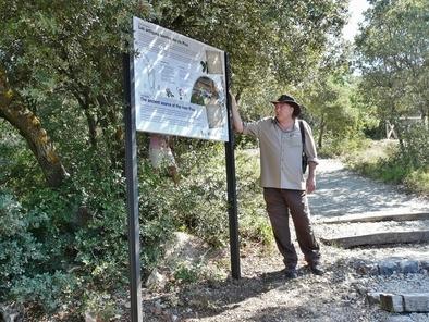 Miguel Ángel Pinto explicando uno de los carteles del sendero botánico