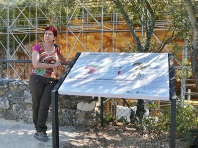 Ana Isabel Ortega en el panel situado a la altura de Gran Dolina