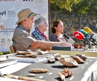 Eudald Carbonell, Juan Luis Arsuaga y María Josefa García Cirac durante la rueda de prensa