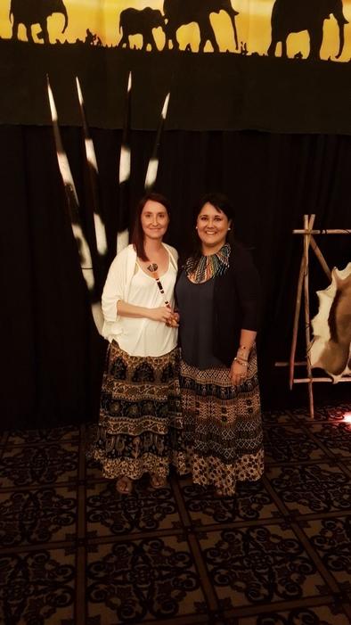 Davinia Moreno y Gloria López con el bastón masái que acredita al CENIEH como anfitrión del LED 2020