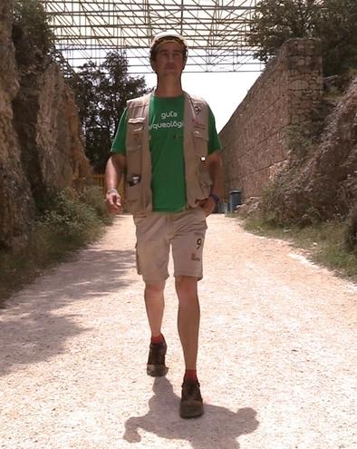 David Canales, técnico superior en arqueología experimental de la Fundación Atapuerca, en la Trinchera del Ferrocarril calzado con las botas Robusta.