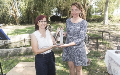 """Raquel Torrientes, alcaldesa de Atapuerca, entregó el Premio """"Cultura Atapuerca 2017"""" al Equipo de Investigación de Atapuerca, que recogió una de sus miembros, la Dra. Ana Isabel Ortega (izquierda)"""