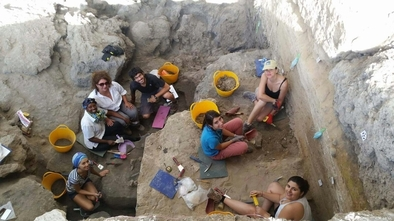 Los cuatro investigadores españoles junto al resto del equipo que ha excavado en el yacimiento de Dmanisi.