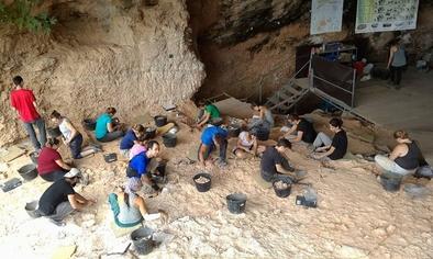 Alrededor de 70 investigadores participan cada verano en las excavaciones del yacimiento valenciano.