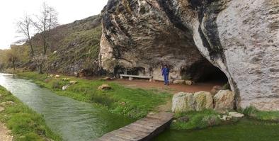 La Cueva de la Fuente, en la localidad burgalesa de Cueva de Juarros, protagonista de un estudio arqueológico.