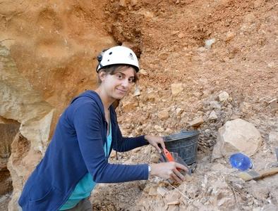 Laura Martín-Francés excavando en el nivel TD4 de Gran Dolina durante esta campaña de excavaciones