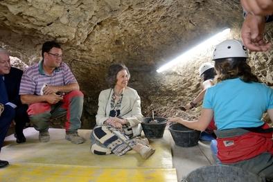 La Reina Doña Sofía escuchó atentamente las explicaciones de Josep María Vergés, responsable del yacimiento de la cueva de El Mirador.