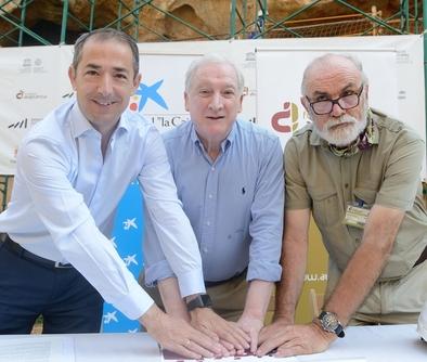 José Manuel Bilbao, Antonio M. Méndez y Eudald Carbonell tras la firma en los yacimientos de la sierra de Atapuerca