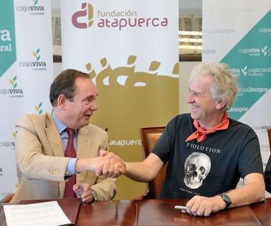 Ramón Sobremonte, director de Cajaviva Caja Rural Burgos, y Juan Luis Arsuaga, vicepresidente de la Fundación Atapuerca, tras la firma el pasado 4 de julio