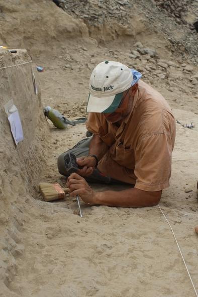 Xosé Pedro Rodríguez excavando en el yacimiento de Ado Qwaleh (Eritrea) durante la campaña de enero de 2016.