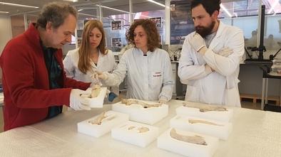 Andoni Tarriño (de rojo) y Pilar Fernández (segunda por la derecha), en el laboratorio de conservación y restauración del CENIEH.