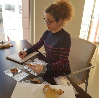 Marina Lozano, analizando restos dentales de la Cova de la Guineu (Barcelona).