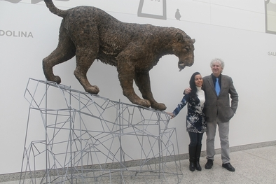 Juan Luis Arsuaga, director científico del MEH, y Sonia Cabello, autora de la reproducción, junto al tigre dientes de sable.