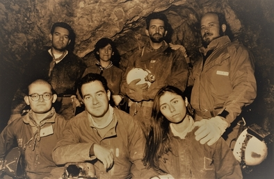 Equipo de excavación de la Sima de los Huesos en 1997. Fila frontal, de izquierda a derecha: Carlos Lorenzo, Alfonso Esquivel y Nuria García. Fila posterior, José Miguel Carretero, Ana Gracia, Juan Luis Arsuaga e Ignacio Martínez.