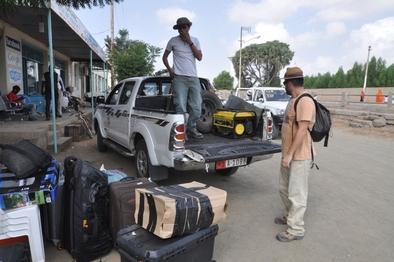 Tsegai Medin, subido al vehículo, y Sergio Ros, preparando la logística para la excavación en Eritrea.