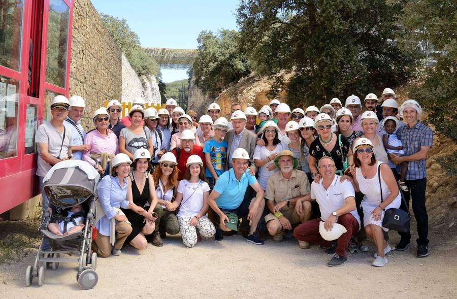 Santiago Jiménez, rodeado de amigos y familiares en los yacimientos de la sierra de Atapuerca.