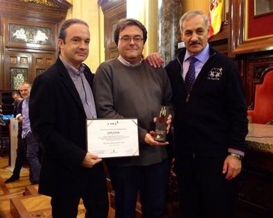 Carlos Briones, Alberto Fernández y José María Bermúdez de Castro con el Premio Prisma 2016.