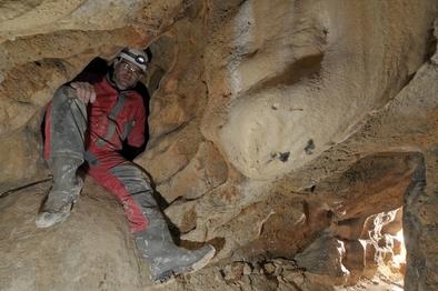 Josep María Vergès en la cueva de los Galls Carboners, una cavidad sepulcral situada en Mont-ral, una localidad de las Montañas de Prades, cerca de Tarragona.