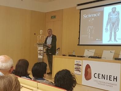 José María Bermúdez de Castro impartió una conferencia en el CENIEH en la la IX Semana de la Ciencia.