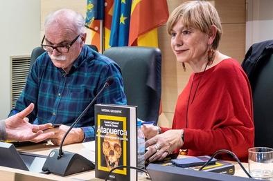 Eudald Carbonell y Rosa Tristán, durante la presentación del libro Atapuerca, 40 años inmersos en el pasado en Valencia.