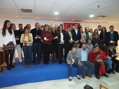 Ana Isabel Ortega (con pañuelo amarillo), junto al resto de premiados y autoridades.