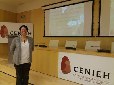 Claudia Álvarez, momentos antes de leer su tesis doctoral en el CENIEH.