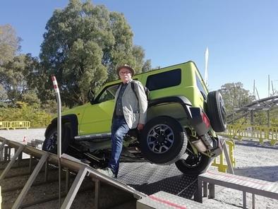 Eudald Carbonell posa junto al modelo Jimny que Suzuki cede a la Fundación.