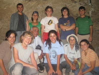 Norah Moloney, en primer plano a la izquierda de la foto, durante las excavaciones de la cueva de Azokh. A su izquierda, en primer plano, Lena Asryan. De pie, en segundo plano, Ethel Allué (centro) e Isabel Cáceres (con camiseta azul).
