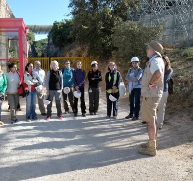 Norah Moloney, en chandal negro y verde, durante la bienvenida del director Eudald Carbonell a los excavadores de la campaña de 2012.