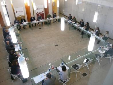 Los miembros del Patronato de la Fundación Atapuerca durante la reunión en su sede de Ibeas de Juarros, Burgos.