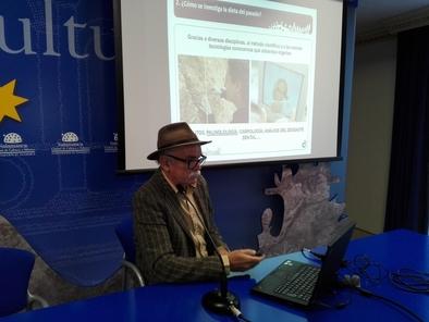 Eudald Carbonell durante su conferencia sobre Paleorecetas en el Teatro Liceo de Salamanca.